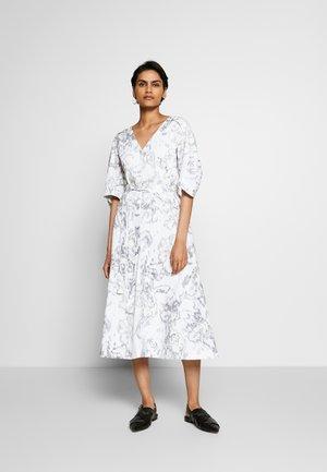ABSTRACT DAISY BALLOON DRESS - Kjole - white/lavender