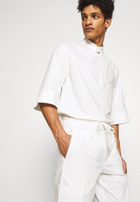 3.1 Phillip Lim - OVERSIZED WASHED BAND COLLAR - Camicia - offwhite - 3