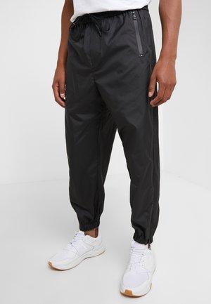 OFFSET ZIPPER TRACK PANT - Kangashousut - black