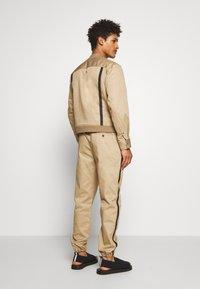 3.1 Phillip Lim - CLASSIC TRACK PANT SIDE TAPES - Pantalones - sand - 2