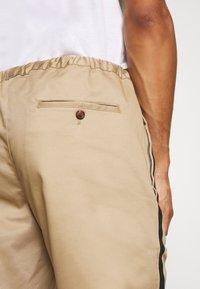 3.1 Phillip Lim - CLASSIC TRACK PANT SIDE TAPES - Pantalones - sand - 3
