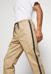 3.1 Phillip Lim - CLASSIC TRACK PANT SIDE TAPES - Pantalones - sand - 5