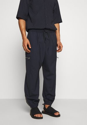 CARGO TRACK PANT - Tracksuit bottoms - navy pinstripe