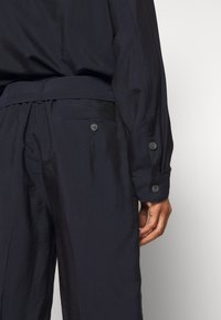 3.1 Phillip Lim - DRAWSTRING CARGO - Kraťasy - midnight