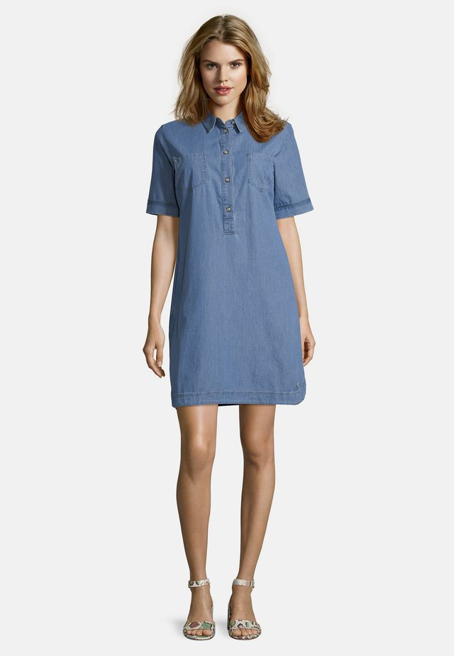 PUBLIC MIT KNOPFLEISTE - Denim dress - light blue denim