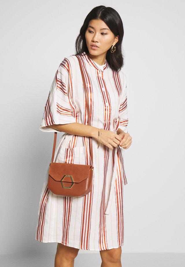 Sukienka letnia - weiß/rot