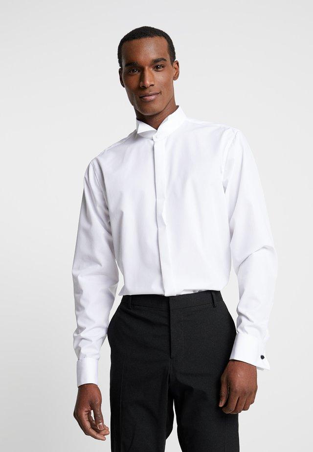 SHAPED FIT - Business skjorter - weiß