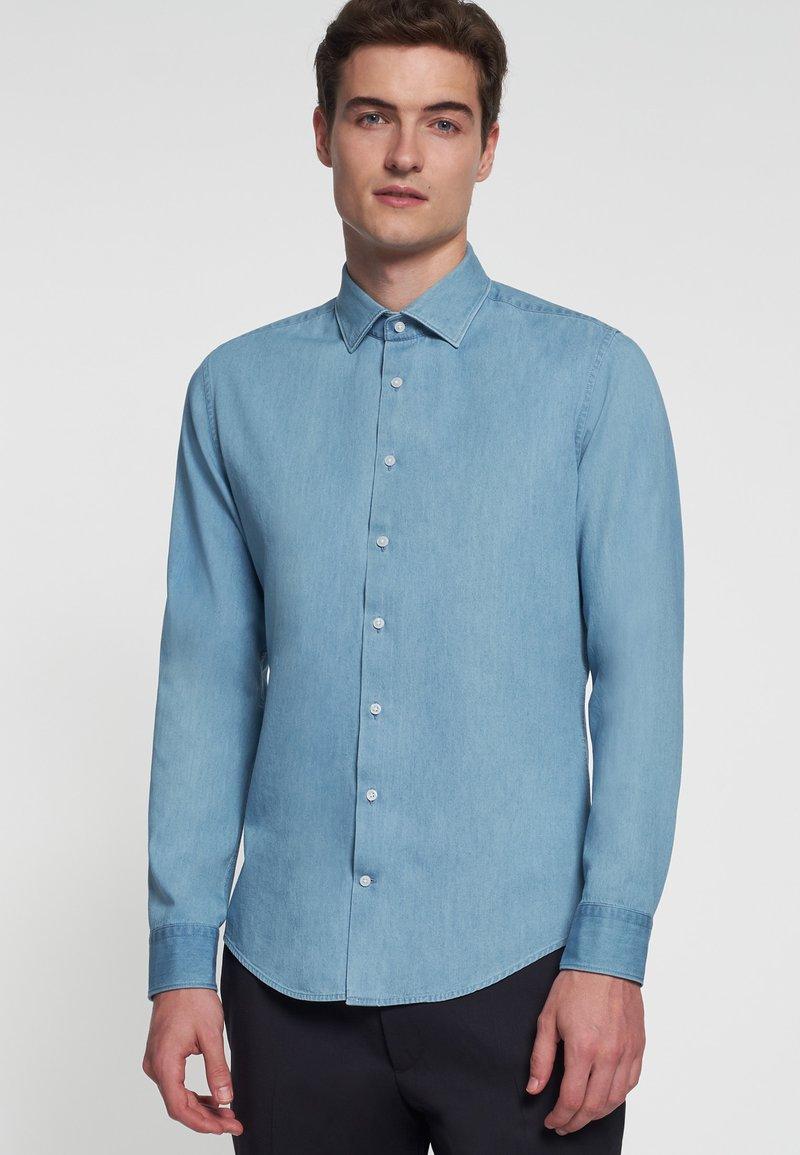 Seidensticker - SLIM FIT LIGHT KENT - Koszula - light blue