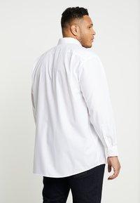 Seidensticker - COMFORT BUSINESS KENT - Formal shirt - white - 2
