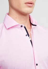 Seidensticker - SLIM FIT SPREAD KENT - Formal shirt - light pink - 5
