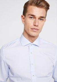 Seidensticker - SLIM FIT SPREAD KENT PATCH - Formal shirt - light blue - 5