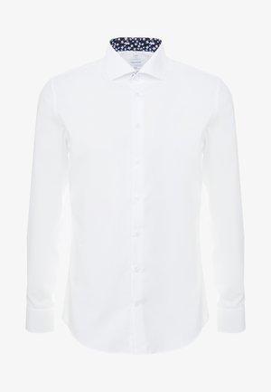 SLIM FIT SPREAD KENT PATCH - Camicia elegante - white