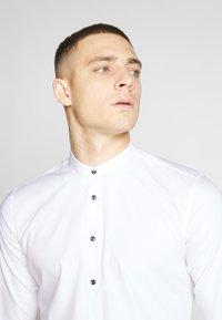Seidensticker - SLIM MANDARIN TAPE - Košile - white - 4