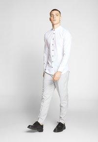 Seidensticker - SLIM MANDARIN TAPE - Košile - white - 1