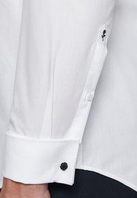 Seidensticker - TAILORED FIT - Zakelijk overhemd - white - 5