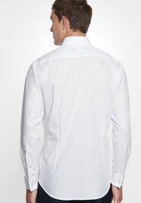 Seidensticker - TAILORED FIT - Zakelijk overhemd - white - 3