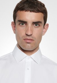 Seidensticker - TAILORED FIT - Zakelijk overhemd - white - 4