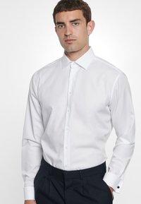 Seidensticker - TAILORED FIT - Zakelijk overhemd - white - 2