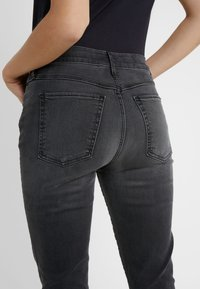 3x1 - MID RISE - Jeans Skinny Fit - black denim - 4