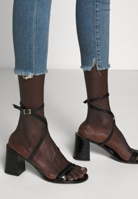 3x1 - MID RISE CROP - Jeans Skinny Fit - carrie - 3
