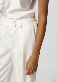 Apart - PANTS - Kalhoty - cream - 3