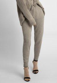 Apart - Pantalon de survêtement - taupe - 0