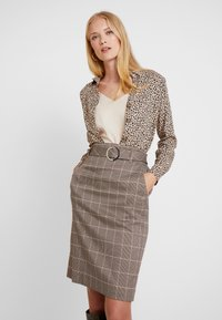 Apart - GLENCHECK SKIRT WITH BELT - Jupe crayon - taupe - 3