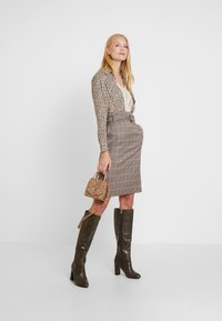 Apart - GLENCHECK SKIRT WITH BELT - Jupe crayon - taupe - 1