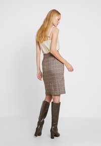 Apart - GLENCHECK SKIRT WITH BELT - Jupe crayon - taupe - 2