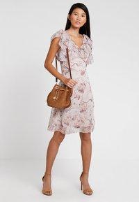 Apart - PRINTED DRESS - Robe de soirée - powder multicolor - 1