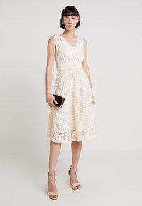 Apart - DRESS WITH ROSES - Robe de soirée - nude - 2
