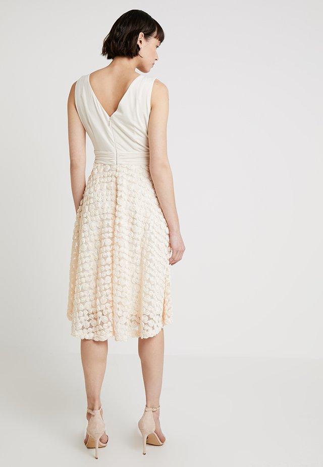DRESS WITH ROSES - Vestito elegante - nude