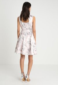 Apart - PRINTED DRESS - Robe de soirée - powder - 3