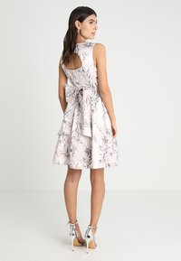 Apart - PRINTED DRESS - Robe de soirée - powder - 2