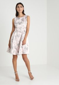 Apart - PRINTED DRESS - Robe de soirée - powder - 1