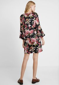Apart - PRINTED DRESS - Robe d'été - black - 2