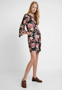 Apart - PRINTED DRESS - Robe d'été - black - 1