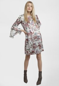 Apart - PRINTED DRESS - Robe d'été - cream - 1