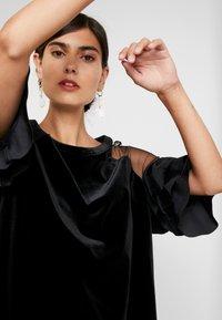 Apart - VELVET DRESS WITH VOLANTS - Robe de soirée - black - 4