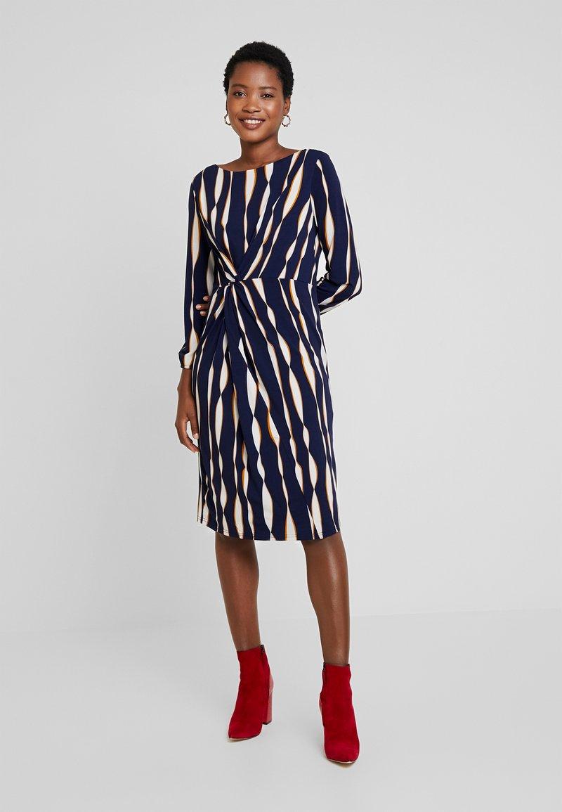 Apart - PRINTED DRESS - Jersey dress - midnightblue/multicolor