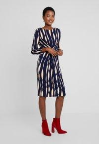 Apart - PRINTED DRESS - Robe en jersey - midnightblue/multicolor - 2