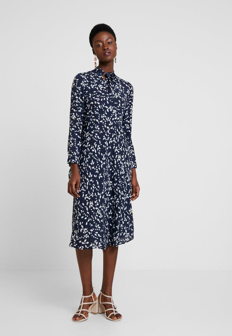 Apart - PRINTED DRESS - Robe d'été - midnightblue/cream