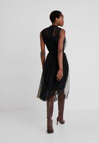 Apart - DRESS WITH BELT - Koktejlové šaty/ šaty na párty - black - 2