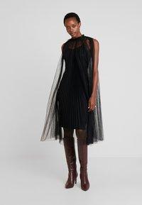 Apart - DRESS WITH BELT - Koktejlové šaty/ šaty na párty - black - 1