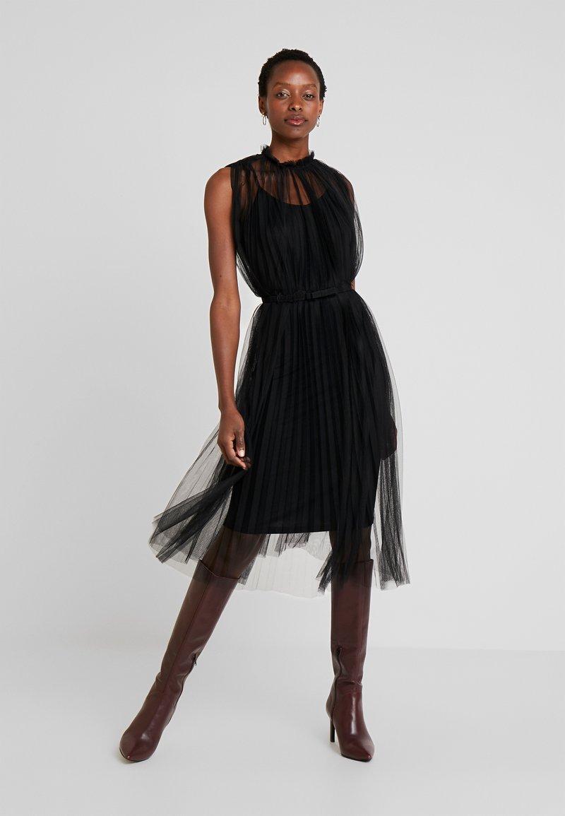 Apart - DRESS WITH BELT - Koktejlové šaty/ šaty na párty - black
