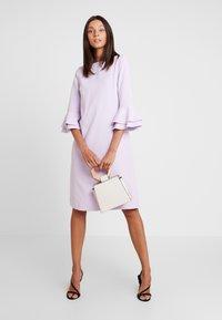 Apart - DRESS WITH VOLANTS - Vapaa-ajan mekko - lavender - 2