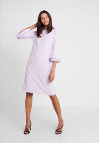 Apart - DRESS WITH VOLANTS - Korte jurk - lavender - 0