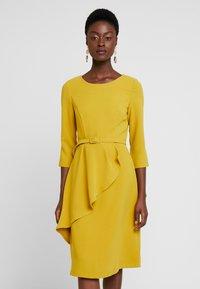 Apart - DRESS WITH BELT - Robe d'été - yellow - 0