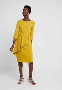 Apart - DRESS WITH BELT - Robe d'été - yellow - 1
