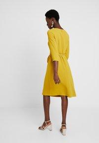 Apart - DRESS WITH BELT - Robe d'été - yellow - 2
